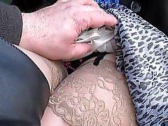 Knipperen en het aanraken van haar kousen tops in een bus