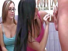Jonge studentes met glazen zuigen lul