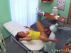 Falsa doctora dando a su inicial para el paciente