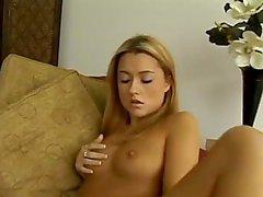 [ 420 ] mignonne petites têtes blondes Ginger Lee obtient baisée dans son chauve de rencontres