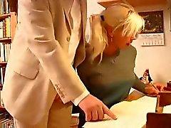 Jonge blonde student doet wat kinky dingen met een oudere man
