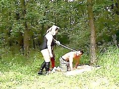 BBWs eléctricas Jitka e de a Dana em acção femdom na floresta do