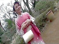 40 jaar Mayumi Takahashi eet zijn pik en krijgt een eerste keer kont neuken