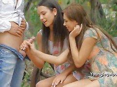 Man neukt strakke kontjes van twee dames outdoor