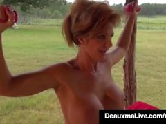 Busty Cougar Deauxma huiles et exercices nue sur son porche!