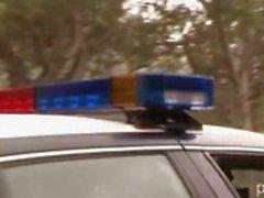 Lusty blonde uitval verleidt en eikels een agent op een politie- auto
