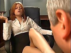 Рыжий начальник заставляет его сосать ее футов