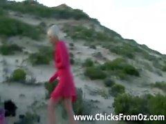 Pollitos lesbiana australiano despojan por la playa