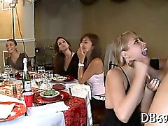 Intressanta flickor suger kuk