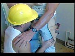 Vier Bauarbeiter saugen sich gegenseitig aus