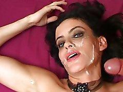 Garota de cabelos negros Hot goza de dois paus duros