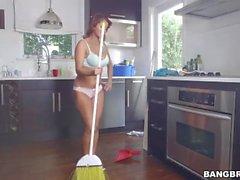 Bianca fica fodido após a limpeza da casa