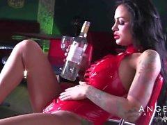 Angelinas alla hjärtans att knulla en flaska samt sprutande onani
