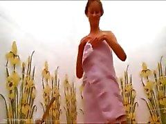 Russische schoonheid Natasha in de warme douche