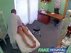 FakeHospital doctor da la una fuerte del orgasmo para adaptarse muchacha brithday de lonely