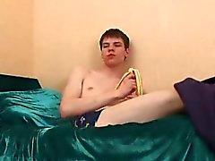 Twink aptitretare peels en banan och bankar hans mat