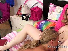 Blonde stepmom anna teini syödä häntä tyttö