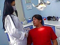 Sexy Latina tandarts neukt haar patiënt