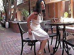 Lilith verbluffende brunette Babe vingeren en knipperende tieten in het openbaar