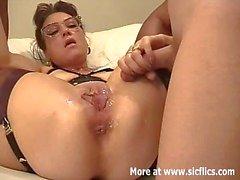 Amateur vrouw fisted en fucked met een gigantische dildo
