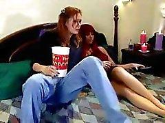 Hete lezzie buigt haar roodharige lesbische kitty vriend beneden laag en doet haar met een strap - on