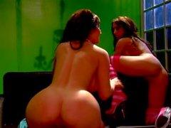 Büyük leziz esmer Jayden Jaymes ve Capri Cavalli sıcak lezbiyen seks yaparken