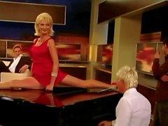 Desiree Nick Cum GILF Spagat Upskirt Pussy Klavier émission de télévision