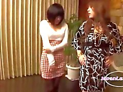 2 Asian Girls Kissing silittäminen On niitä saada hänen Nänni imi sohvallaistuminen Roo