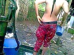 Дези деревенской девушки с большими сиськами принятия ванны в общественной