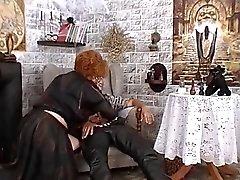 Granny använder svart magi för att få ett ligg