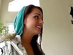 Schattige brunette tiener met interraciale sex