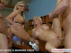 Blonds de Phoenix Marie et Diamond Foxxx baiser dans foursome