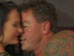 Femme brune handicap Hot Alektra Blue suce et baise