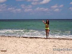 Hot Latina banging keltaisella bikinillä