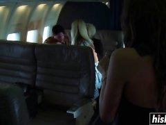 Le bionde calde si arano sull'aereo
