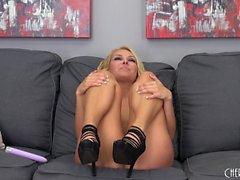 Wild blonde en talons hauts Aaliyah Love se baise avec un jouet violet