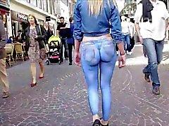Elle se balade cul nu dans la rue!
