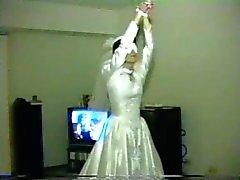 la mujer del gangbang en traje de bodas
