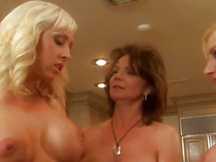 di lesbo Bigtitted straponfucked a tre vie