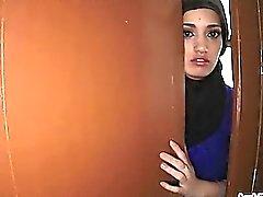 Bellissimo adolescente Arab allarga le gambe a un grosso cazzo