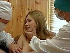 Los médicos obligando a un paciente