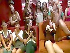 Zwarte CFNM stripper afgezogen door amateur meisje
