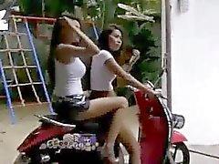 SEXY GIRLS Touring de straten van Bangkok op scooter