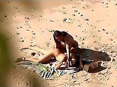 Tirkistelijä koskevat julkinen ranta . Kuumia Nuori pariskunta sukupuoleen jälleen