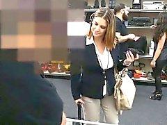 Vollbusige Geschäftsfrau durch pawn Mensch im Hinterzimmer schlug