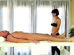 Секси massesuse Coco минета а сперма facialed под столом