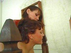Dominatrix vastbindt haar vriendin en giet hete wax op haar