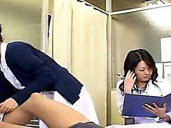 Снабженный субтитрами CFNM японского MILF врача и медсестры мастурбирует