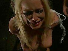 Blonde trae un castigo e la follan