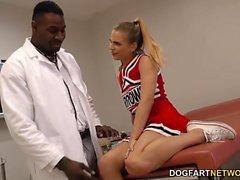 Pom-pom girl étudiants Sydney Cole Fucks un coq noir dans l'hôpital